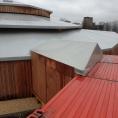 Structure avec un toit en bâche